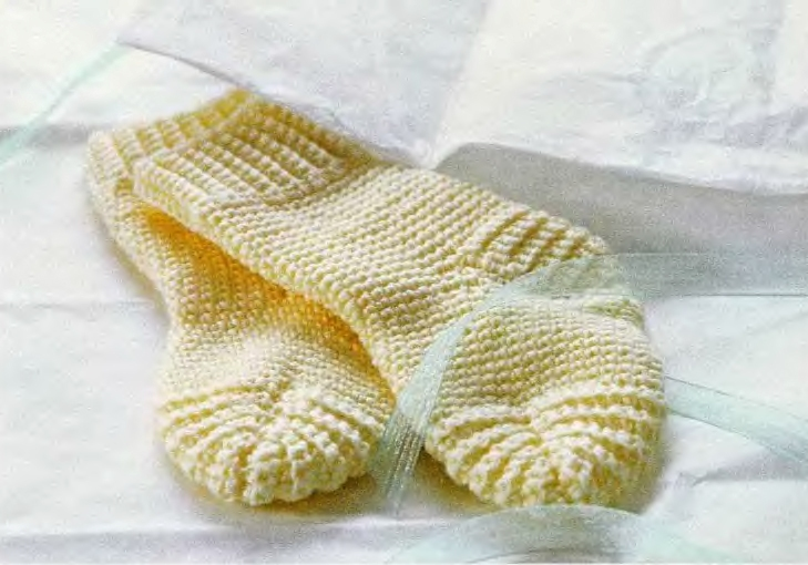 Вязание носочки пинетки для маленьких на спицах.