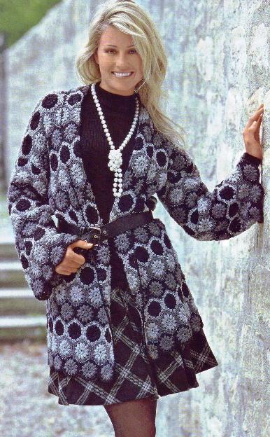 Вязаное пальто выполнено