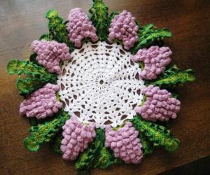 вязаная салфетка грозди винограда