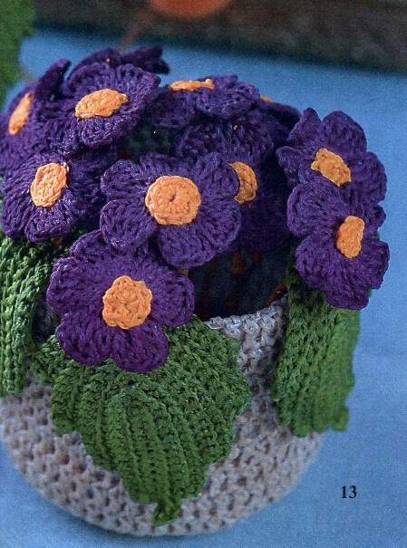 Вязаные цветы в вазочке