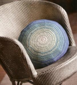 Вязаная подушка крючком.  Эту оригинальную полосатую подушечку удобно вязать по кругу, поворачивая ее.