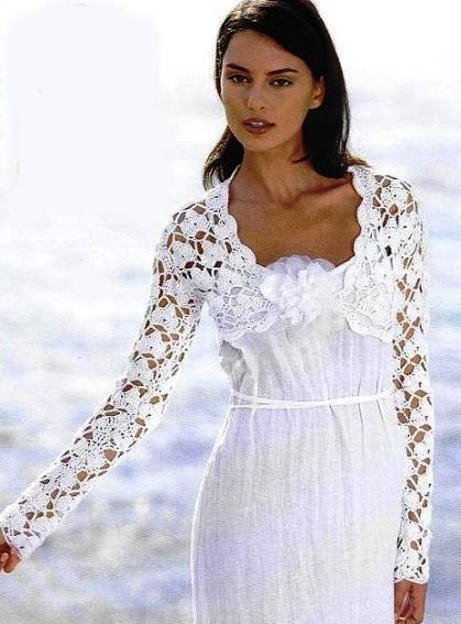 Белое ажурное болеро, связанное крючком, в сочетании с платьем шоколадного цвета и ниткой жемчуга -идеальный вариант...