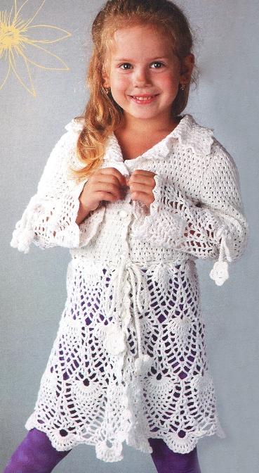 Белое пальто для девочки вязаное крючком.