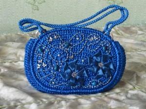 вязаная сумочка из атласных лент