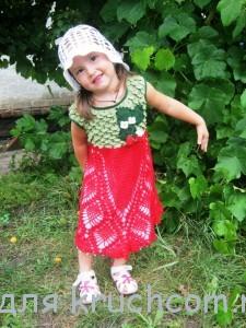 вязаное платье клубничка