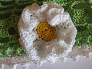вязаный цветок на панамку