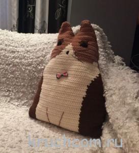 вязаная подушка кот